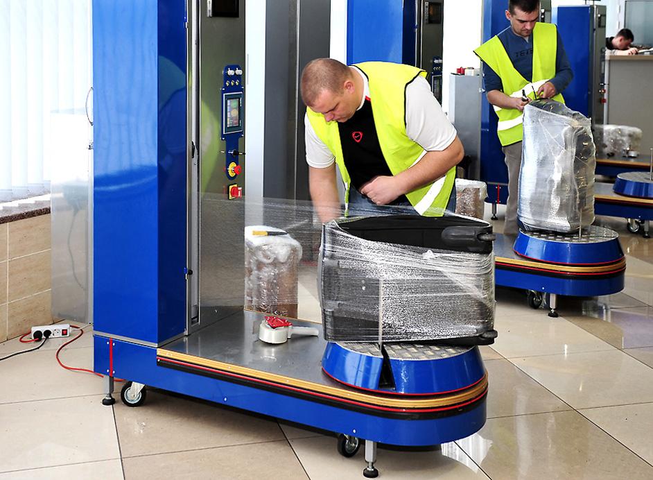 Упаковщик багажа в аэропорту