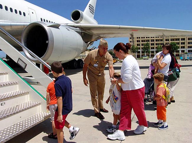 Посадка детей на борт самолета