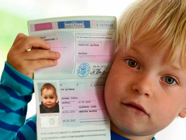 У ребенка для авиаперелета за границу должен быть загранпаспорт