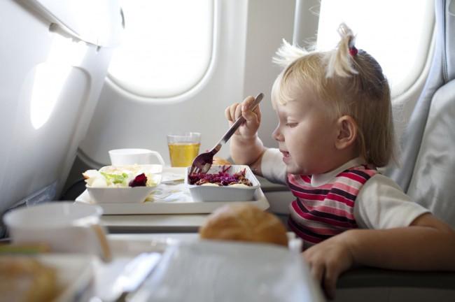Детей вкусно кормят в самолете, обязательно предлагая на выбор несколько блюд