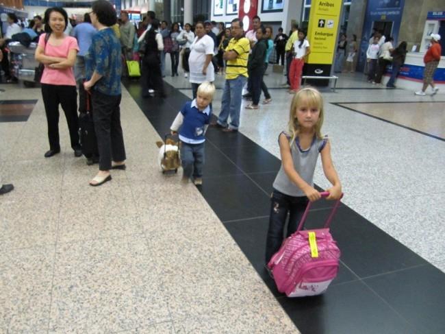 Ребёнку от 4,5-5 лет можно купить детский чемодан на колесиках с выдвижной ручкой