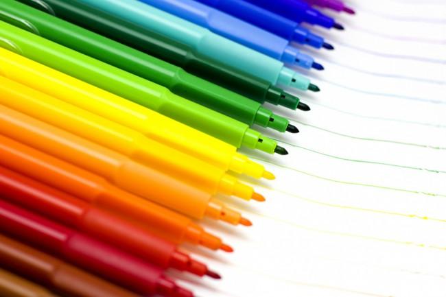 С фломастерами будьте осторожны, если ребенок маленький то он может разрисовать не только бумагу, но и соседнее кресло
