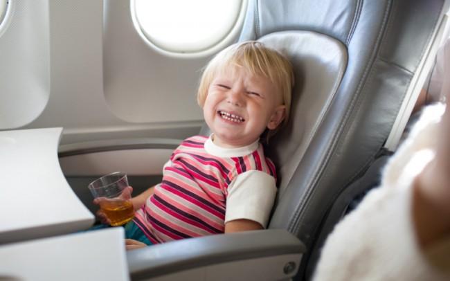 В самолете ребенок может выпить больше жидкости, чем обычно. Это нормально - во время перелета в салоне очень сухой воздух
