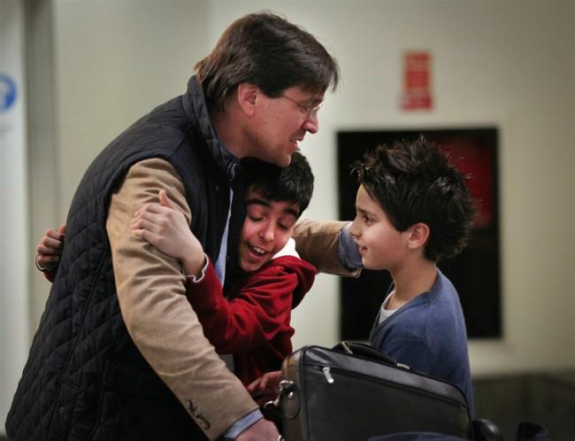 Папа встречает сыновей после самостоятельного перелета