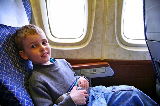 Спокойный и дисциплинированный мальчик летит без родителей