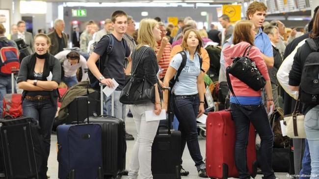 Детей без родителей проводят через паспортный контроль без очереди