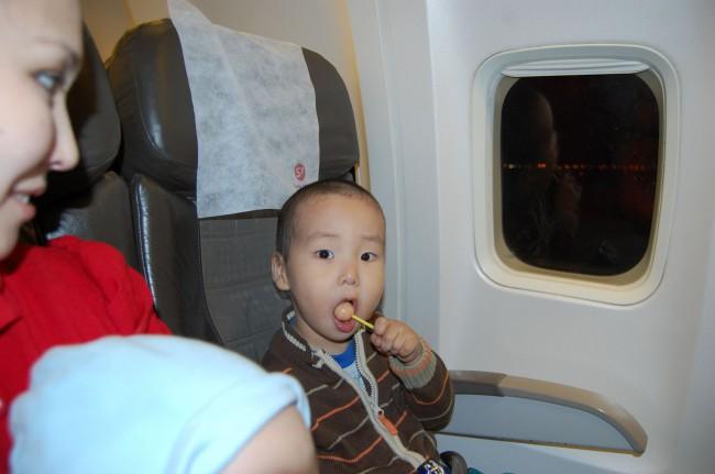 Во время взлета и посадки желательно дать ребенку конфету или жвачку