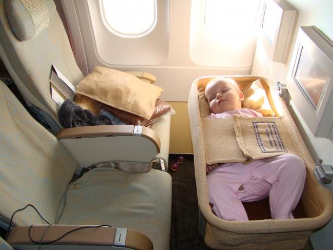 Для ребенка до 6 месяцев (и меньше 10 кг) отдельное место не требуется