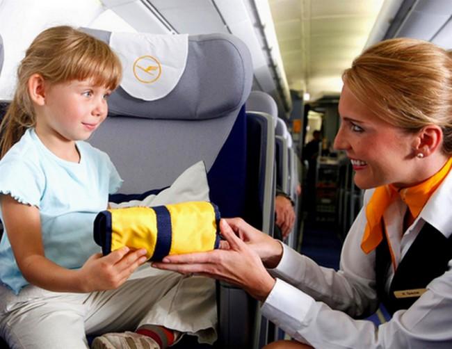 Стюардессы помогут развлечь ребенка