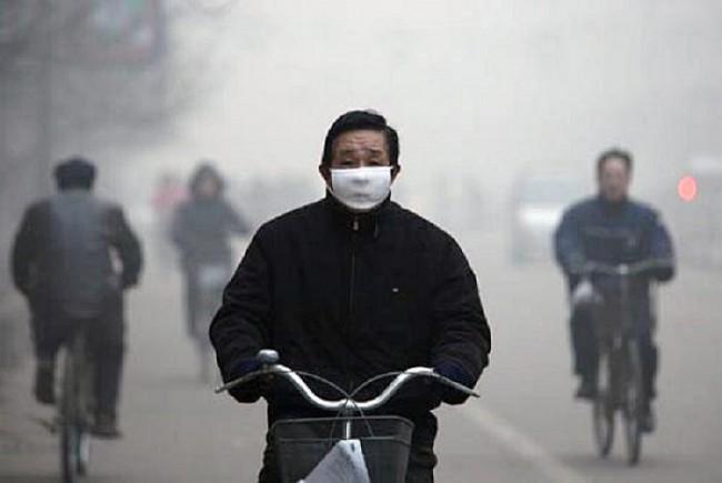Обычный вид жителя Линьфэна, без такой повязки дышать практически невозможно