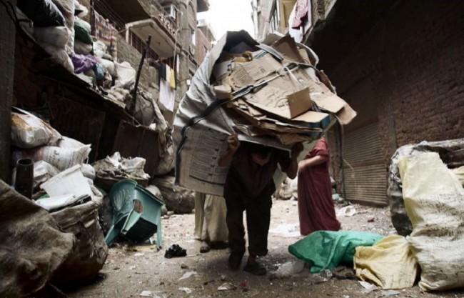 Люди, живущие здесь - особая каста. Их называют заббалины, они и их семьи живут за счет сбора и сортировки мусора