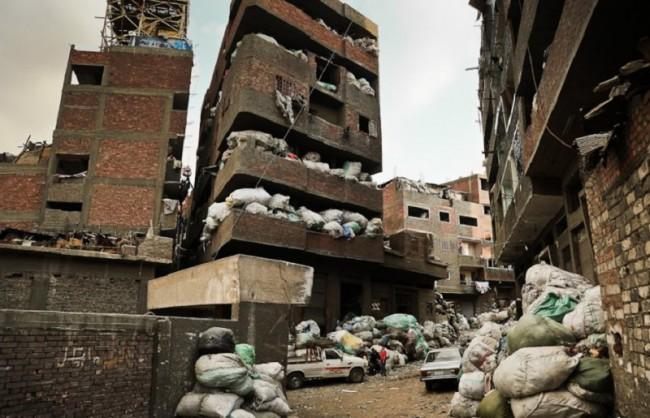 Мусором забиты этажи домов, где в этом смраде и антисанитарии вынуждены жить и люди
