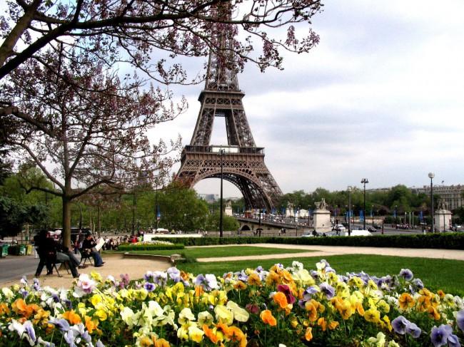 Просто мечта туриста: весна, цветы, Эйфелева башня…