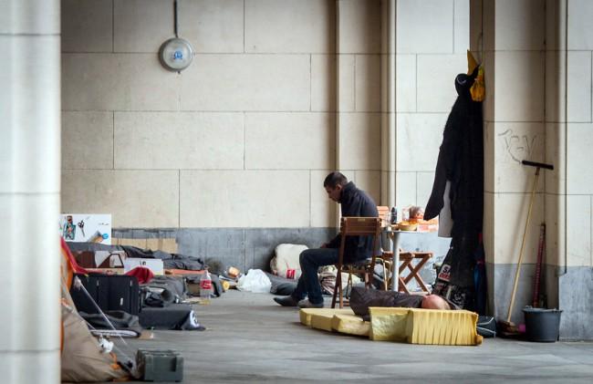 А это уже целое парижское общежитие со спальней, кухней и даже орудиями для уборки