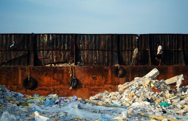 А когда-то вместо этой ржавой стены и слоя неистребимого пластика здесь был прекрасный природный ландшафт…