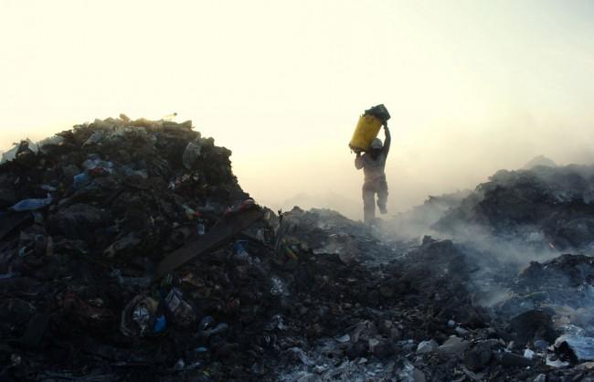 А это не пожарный спасает из огня имущество – так работают мусорщики на Мальдивах