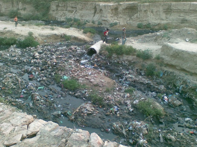 Стоки и мусор «питают» единственный источник воды для жителей города