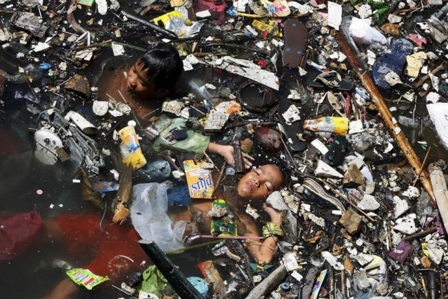 Вот так могут «искупаться» дети из Нью-Дели – их тела практически не видны из-за отбросов плавающих в реке