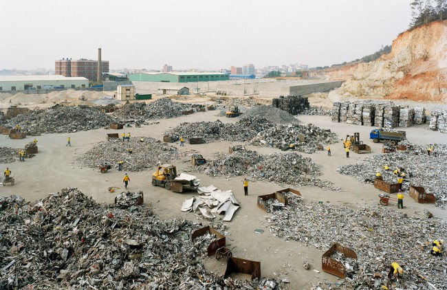 Даже горы мусора китайцы со своей кропотливостью разбирают на аккуратные кучи
