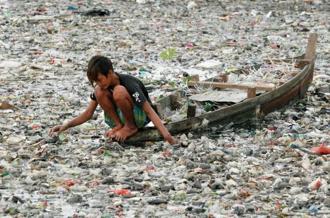 Врядли даже «грязному» туристу захочется прокатиться по этой реке отбросов