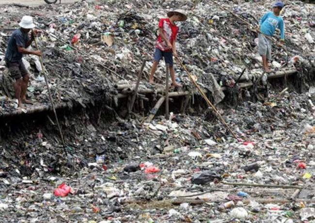 Не смотря на опасность заражения сборщики мусора ежедневно «патрулируют» реку. Ежедневно рискуя жизнью они зарабатывают гроши –два-три фунта в неделю