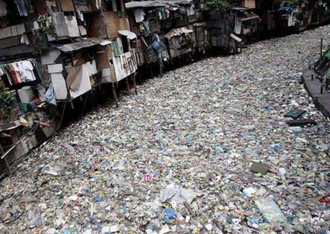 Дома стоящие на реке просто утопают в мусоре и люди круглые сутки дышат этими разлагающимся отходами