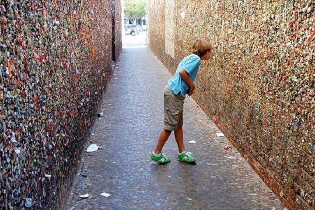 Когда в 1996 году нашлись желающие все-таки почистить стены этой улочки, те же местные жители вступились за шедевр городского искусства и не позволили уничтожить «жевательные стены»