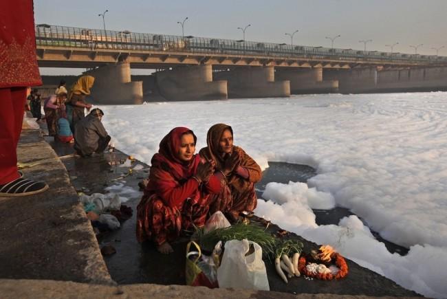 Пена на воде напоминает снежные сугробы, трудно поверить, что дело происходит в отнюдь не северной стране, и эти белые хлопья – «плоды трудов человеческих»
