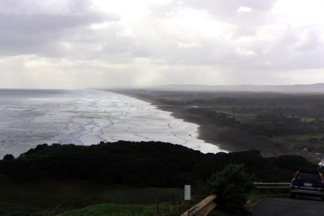 Побережья покрытого мелким черным песком вулканического происхождения Данидин