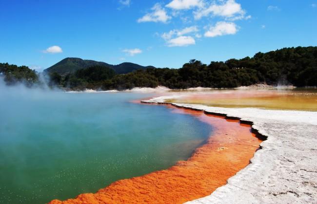 Бассейн с шампанским (Champagne Pool) получено благодаря обильным выбросам углекислого газа (CO2), что делает воду в источнике похожей на шампанское
