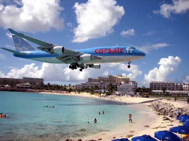 Международный аэропорт Карибского острова Сан-Мартен расположен возле пляжа Махо