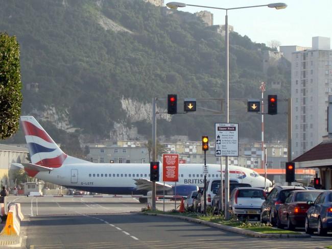 Садясь на посадку самолет пересекает оживленное шоссе под названием Уинстон Черчилль