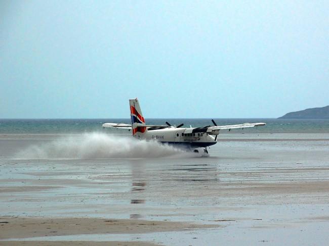Этот аэропорт находится на широком мелководном заливе, около северной оконечности острова