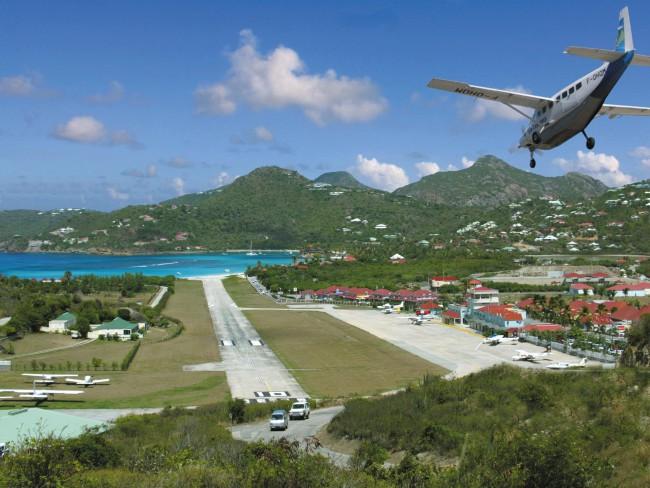 Это самый опасный аэропорт мира, который расположен на Карибском острове Саба]