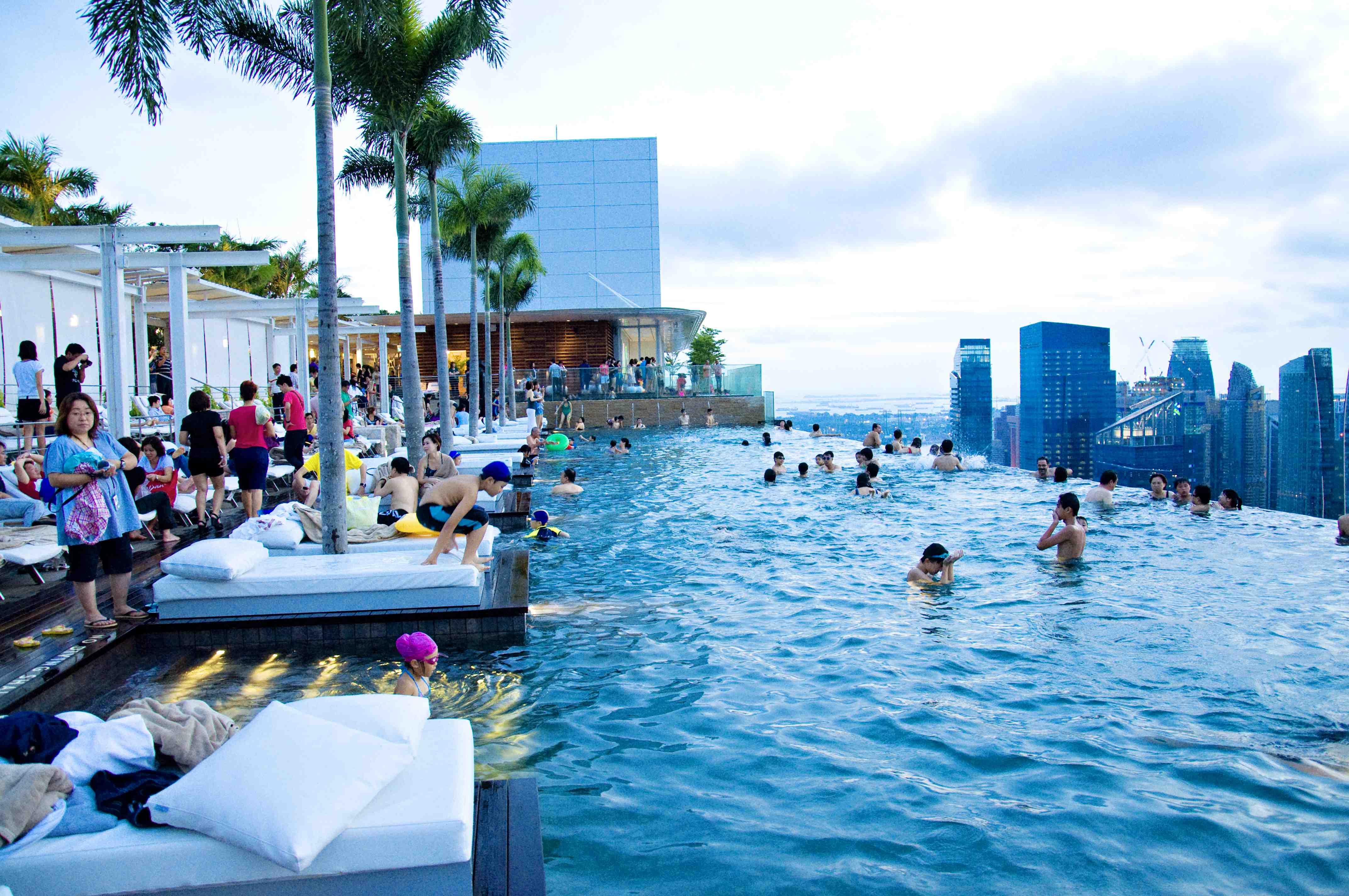 """Бассейн на 57 этаже в отеле """"марина бэй сэндс"""" в сингапуре."""
