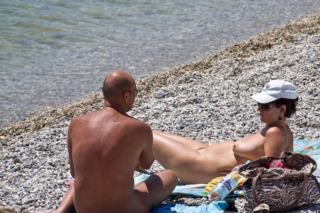 Отдохнуть со-своим мужчиной на нудистском пляже? – Почему бы и нет!