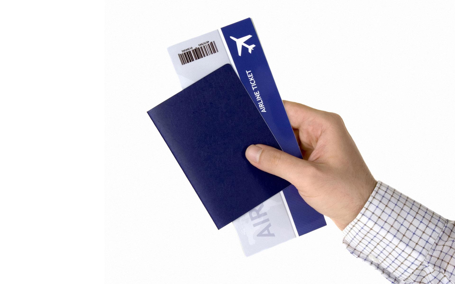 Билет на самолет в руке фотография билеты на самолет ростов на дону кемерово