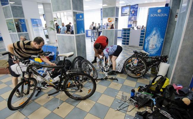Разборка велосипедов для самолета. Велосипед можно погрузить в большие клетчатые Барабашовские сумки (сумки, в которых возят одежду торговцы)